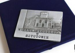 Medal pamiątkowy, który otrzymał Książę William podczas wizyty w Polsce.