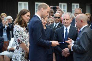 Wręczenie medali okolicznościowych, które otrzymał książę William i księżna Kate