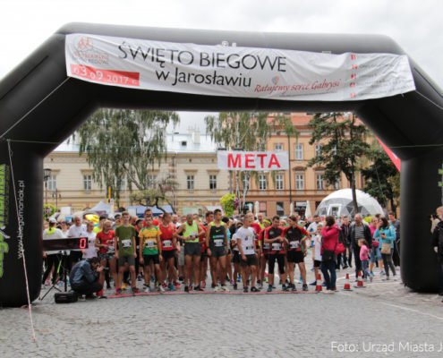 Start biegu podczas Jarosławskiego Święta Biegowego, na które firma MCC MEDALE wyprodukowała 600 medali sportowych