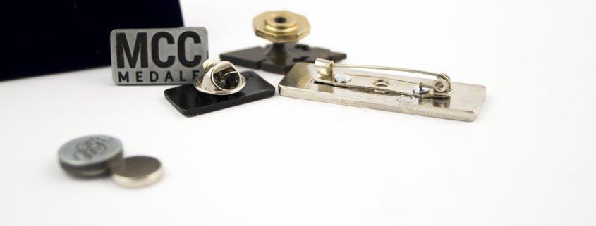 Przypinki metalowe i ich rodzaje zapięć