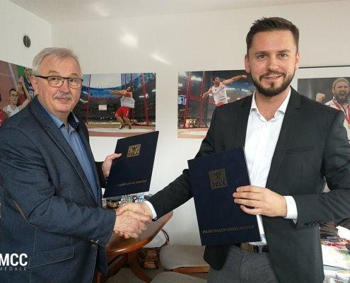 Zdjęcie z podpisania umowy partnerskiej pomiędzy PZLA a MCC Medale