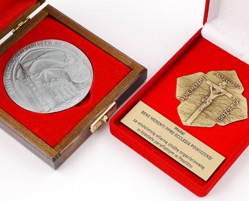 Medale okolicznościowe dla parafii św. Mikołaja w Powidzu wykonane przez MCC Medale