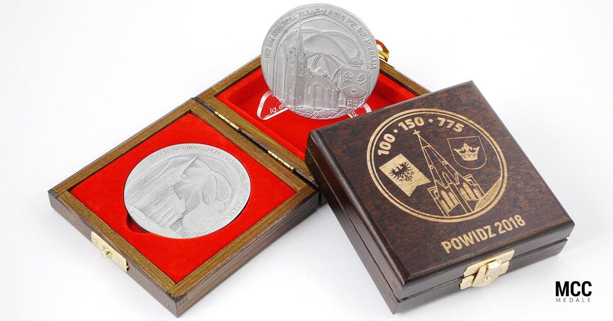 Pamiątkowe medale rocznicowe wykonane dla parafii św. Mikołaja w Powidzu