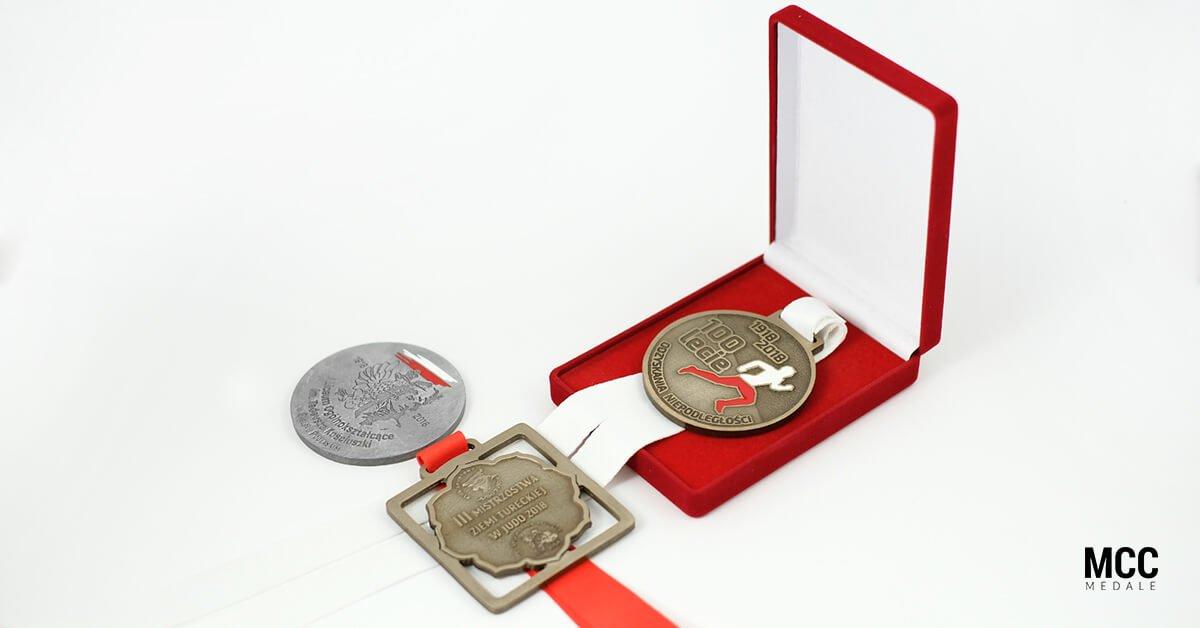 Medale na biegi z okazji 100-lecia odzyskania niepodległości przez Polskę