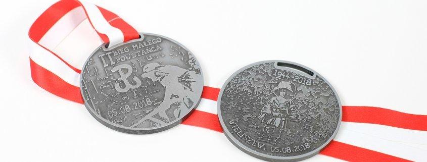 Medale na Ultramaraton Powstańca 1944 w Wieliszewie, które wykonał producent MCC Medale.