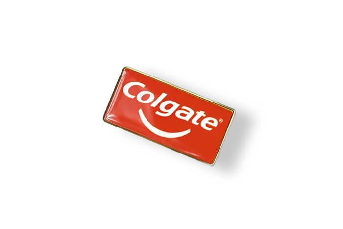 Pins Colgate z wklejką 3D wykonany przez MCC Medale
