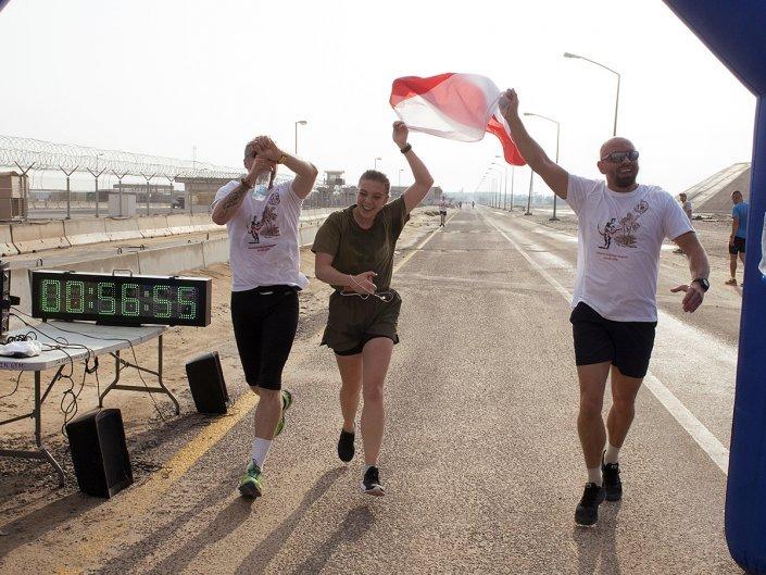 Bieg Żołnierski na 100 lecie Polski Niepodległej w Kuwejcie - flaga Polski