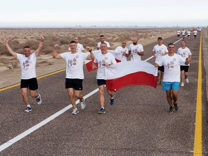 Bieg Żołnierski na 100 lecie Polski Niepodległej w Kuwejcie - uczestnicy z flagą Polski