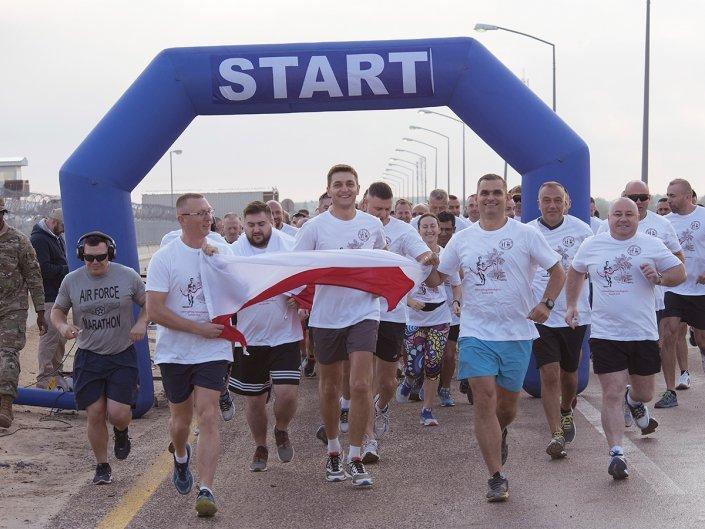 Bieg Żołnierski na 100 lecie Polski Niepodległej w Kuwejcie - start biegu