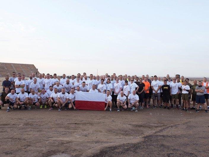 Bieg Żołnierski na 100 lecie Polski Niepodległej w Kuwejcie - polscy żołnierze i sojusznicy
