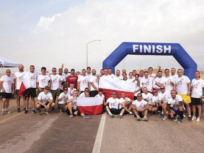 Bieg Żołnierski na 100 lecie Polski Niepodległej w Kuwejcie - wspólne zdjęcie uczestników