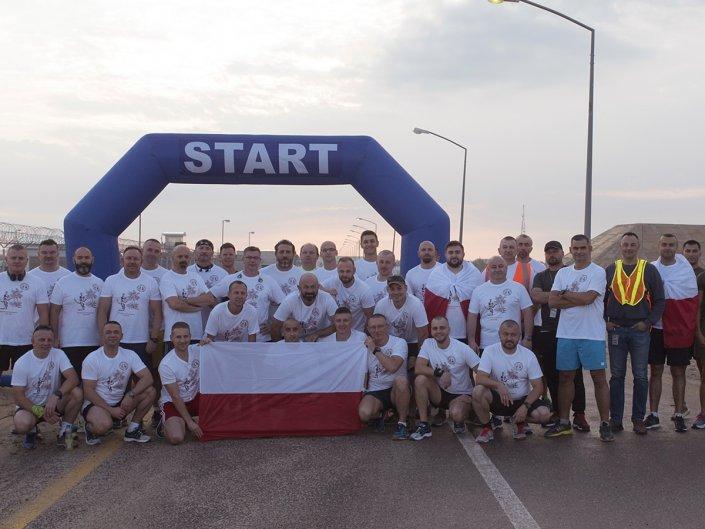 Bieg Żołnierski na 100 lecie Polski Niepodległej w Kuwejcie - wspólne zdjęcie