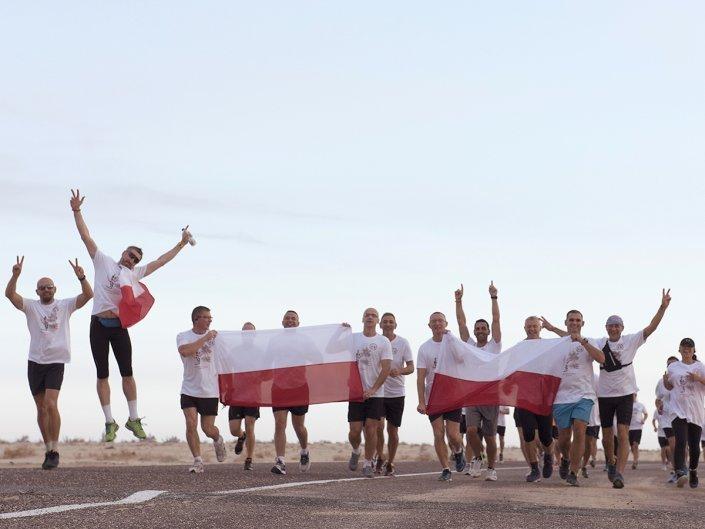 Bieg Żołnierski na 100 lecie Polski Niepodległej w Kuwejcie - zdjęcie z flagami Polski
