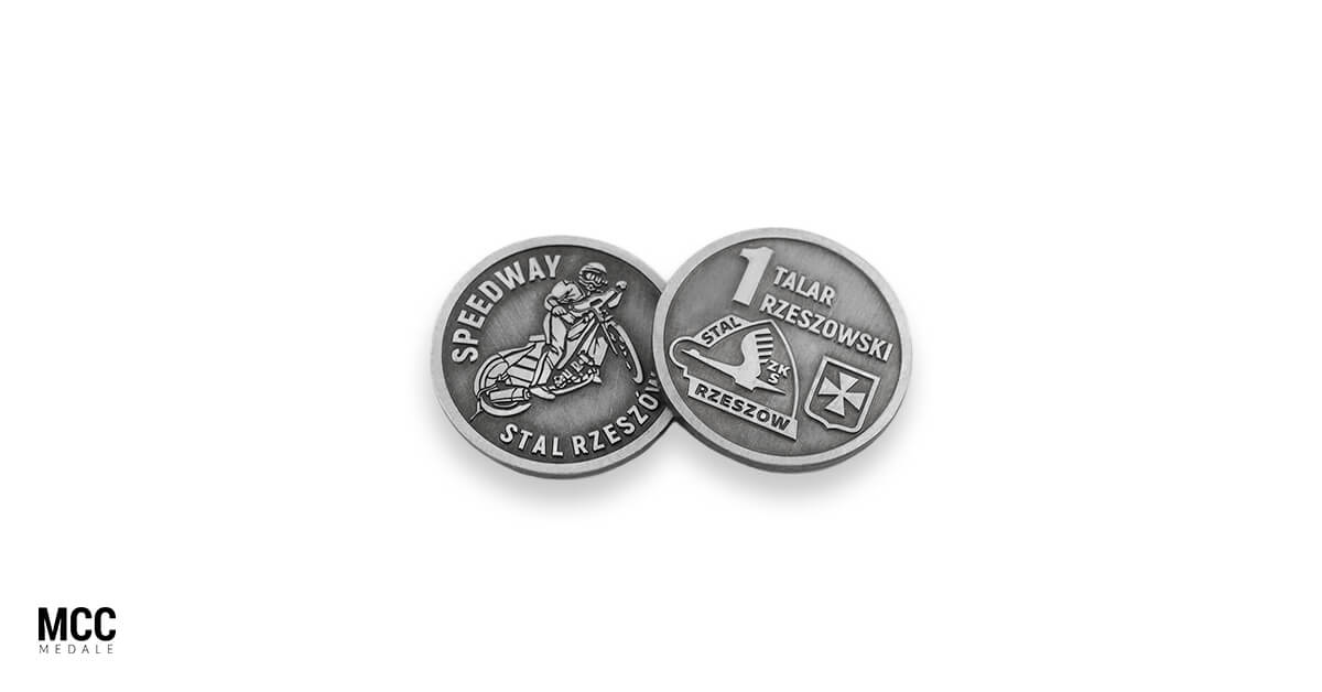 Dwie monety okolicznościowe wykorzystane w charakterze trofeum