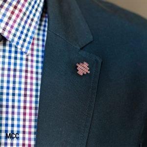 Elegancki firmowy pin w marynarce