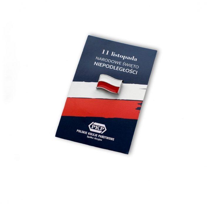 Przypinka w kształcie flagi umieszczona na karcie okolicznościowej wyprodukowana przez MCC Medale