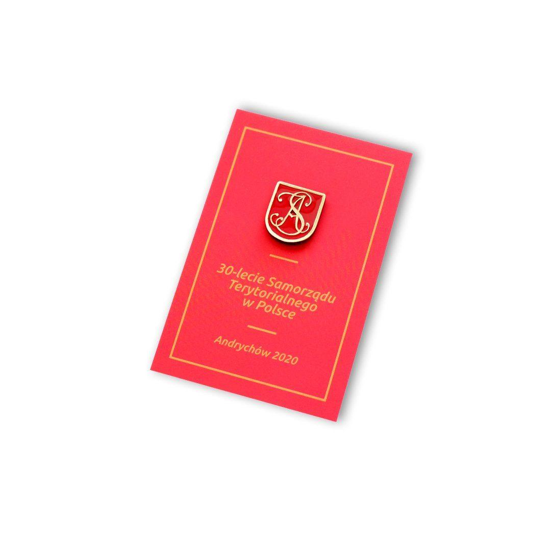 Wpinka do marynarki na czerwonej karcie okolicznościowej stworzona przez MCC Medale