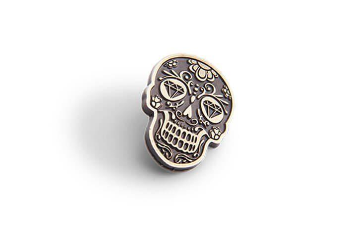 Metalowy pins dekoracyjny z motywem czaszki wykonany na zamówienie przez MCC Medale