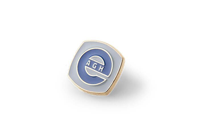 Niebieski pins o nieregularnym kształcie wykonany na zamówienie przez MCC Medale