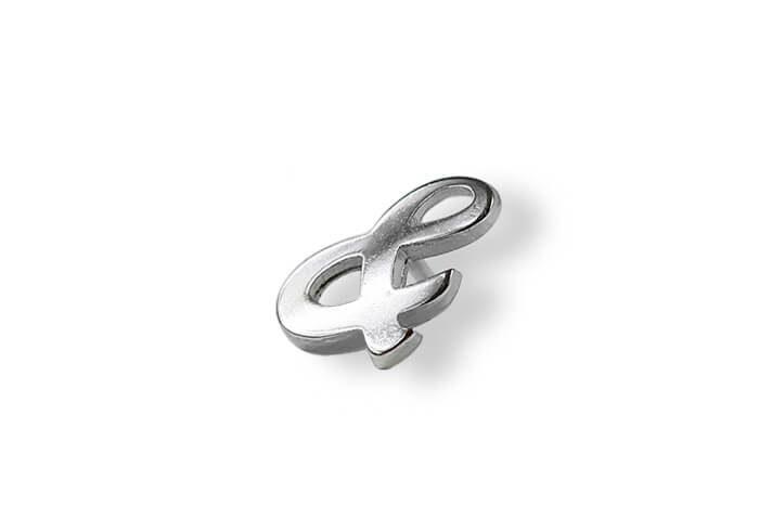 Metalowa wpinka w kolorze srebrnym