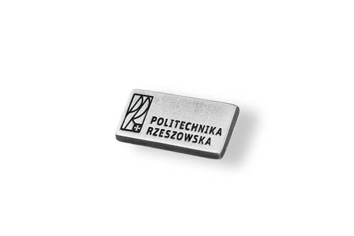 Przypinka w kolorze srebrnym wykonana na zamówienie przez MCC Medale