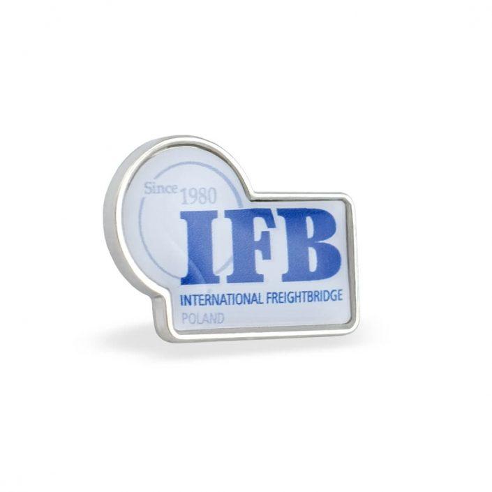 Przypinka firmowa z logo oraz grafiką umieszczone na wklejce 3D